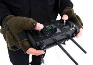 Manöverpanelen är ett under av datateknik. Med den kan Tobias styra sin helikopter så långt han kan se den.