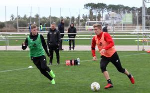 Darijan Bojanic och  Ludvig Fritzson i en spelsekvens framför Billy Reid och Olof Lundhs ögon.