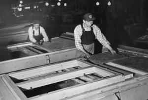 Helmer Wahlström och Erik Åkerlund  tillverkar husblock 1960 på Håstaholmen.