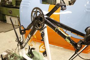 En och annan cykel hamnar också i Björn Zettermans verkstad. En skada i den dyrbara kolfiberramen har lagats och förstärkts. Tekniken är densamma som används för att göra karossdelar till tävlingsbilar.