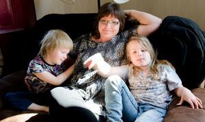 Cecilia med barnen Love, 5 år och Liv, 6 år.