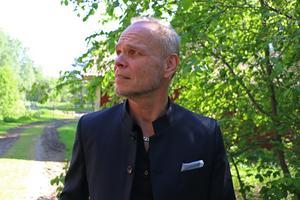 – Det är otroligt vackert här, säger Ulf Borbos om området i Kungsbäck där det nya huset ska byggas. Han hoppas kunna flytta in till jul.