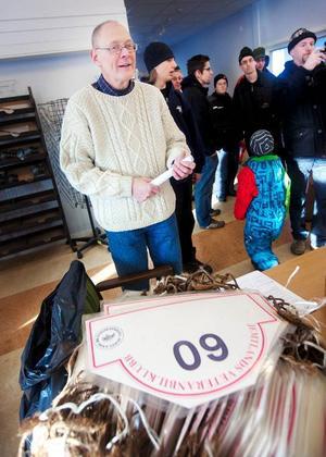 Arne Nilsson från Jemtlands Veteranbilklubb förrättade prisutdelning.