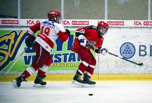 Sveg (i vitt) svarade för en mycket imponerande insats när man vann hela Åkerblom Cup. I just den här matchen besegrade man storklubben Modo med klara 3–1.   Foto: Olof Sjödin