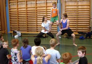 Levande pyramid. Oscar Johansson och Esmeralda Nikolajeff går på cirkusgymnasiet i Botkyrka och passar på under sommarlovet att ordna en cirkusskola för barn.