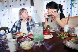 Maj Björk, till vänster, och Annelie Stigebrand njuter av suringen.