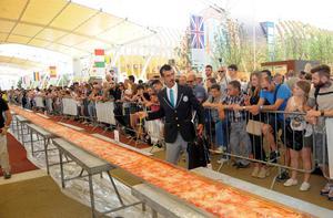 Lorenzo Veltri kontrollerar att pizzan verkligen var rekordlång.