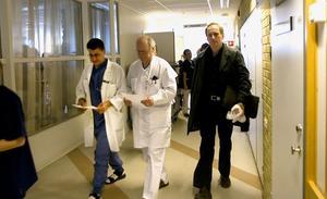Vid halvniotiden på fredagsmorgonen lämnade runt 100 läkare pelarsalen på Hudiksvall sjukhus efter att enats i sitt underkännande av landstingsdirektörens strategiska plan.