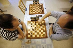 Det gäller att vara uthållig i schack. Varje möte är på sex timmar.