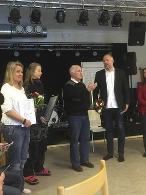 Bild från Socialdemokraternasutdelning av gåva till Sprintprojektet i Åre. Marie Rödemark, Clara Kempf, Per Holmlöf och Peter Bergman.