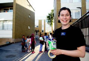 Moa Thander, som till vardags arbetar i en färgaffär, fick uppdraget att hjälpa barnen att måla fasaderna.