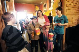 Laddade med dricka och popcorn är filmbesökarna Simon och Jenny tillsammans med mamma Mia Eismar.
