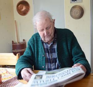 Uno Eriksson läser tidningen utan glasögon, 105 år gammal.