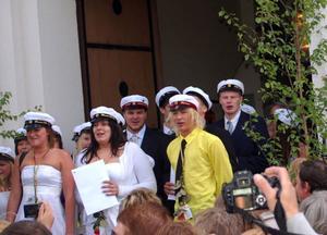 När gymnasieeleverna kom ut ur kyrkan möttes de av nära och kära med varma gratulationer. Foto: Leif Eriksson