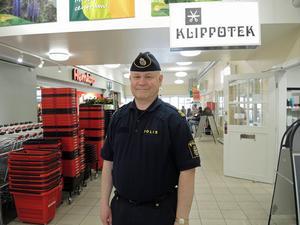Erik Gatu, kommunpolis, funderar över vad trångboddhet gör med människor på sikt. Foto: Hampus Peterson