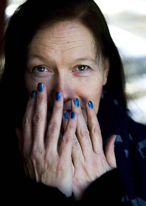 Symboliska blånaglar. Hade man inte fått fingrarna i kläm, då var man inte ordentligt klädd. Sådan var jargongen på Husumfabriken förr. När Helena Byström nu är i Husum och jobbar med konstprojektet om de gamla uttrycken och talesätten, brukar hon roa sig med att måla sina naglar blåa.