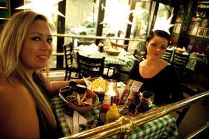 Ute och firar. Linda Arnbo och Anna Bielska Råbom tar en matbit på O`Learys innan rusningen och firar att Linda, som bland annat driver Varbergabadet, fått ett stipendium för sin insats i Varberga och Oxhagen.