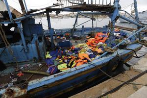Omkring 2 000 människor dör årligen när de försöker ta sig in i unionen. Många skickas tillbaka. Det är uppenbart att EU måste hitta fler lagliga vägar in, bland annat genom att låta flyktingar söka asyl på ambassader, skriver företrädare för Grön ungdom. (Bilden från Lampedusa i Italien).