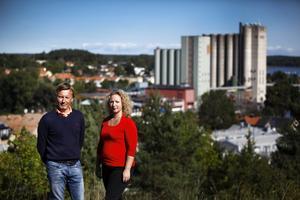 Fastighetsmäklarna Lasse Tapper och Ida Tegelström anser att den mesta nyproduktionen av bostäder är för dyr. – Vi vill ha bostäder som går att sälja, säger de.