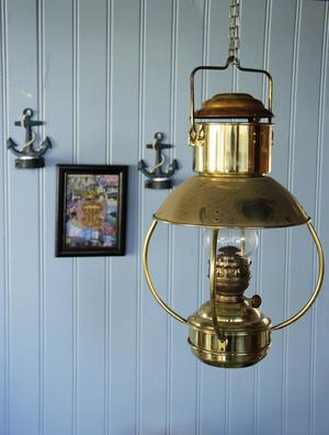 Fotogenlampa i mässing.
