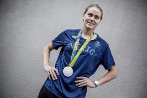 Lisa Dahlkvist med OS-medaljen. Och nu kan hon belönas ytterligare i form av NA:s Guldklocka.
