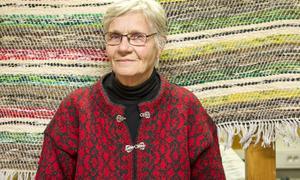 Kristine Busk i Logen på Midvinterkvällen med egna alster i tyg och garn.