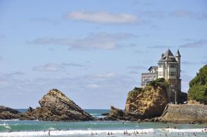 Sköna dopp vid kusten Côte des Basques i Frankrike.