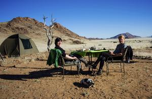 Efter en dag till häst i sydvästra Namibia på gränsen till Namib-Naukluft slår vi upp tälten bakom de skyddande klipporna, gör upp eld och lagar vår mat över öppen eld.   Foto: Jörgen Ulvsgärd