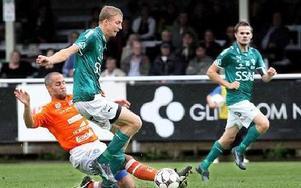 BRYTNING. Johan Eklund grinar illa när han blir av med bollen mot en glidtacklande motståndare.Foto: BONS NISSE ANDERSSON