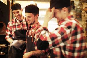 Glada medarbetare på Ekstedt. Från vänster syns Gustaf Sandfridsson, Gustav Otterberg och James Orring.