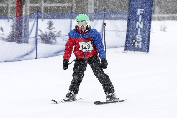 Olle Karlsson klassen pojkar födda 03, 04 går i mål i snöyran.