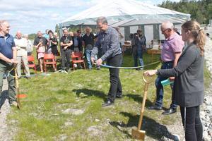 Kommunalrådet Jan Sahlénklipper bandet.