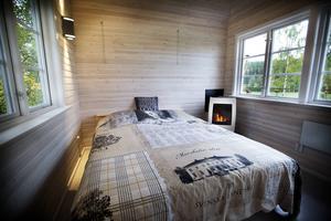 Blir det kallt finns en braskamin, och sängen går att fälla upp mot väggen för att frigöra golvyta.