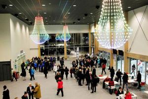 Många människor var nyfikna att se den första kvällen på nya arenan.