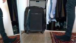 """Säsongskläder i resväskor. """"Vi åker på solsemester på vintern, så att förvara sommarkläderna i resväskan löser två problem i ett. Resväskor tar mycket plats, så det är dumt att inte utnyttja dem för förvaring. Genom att lägga sommarkläderna här är halva packningen inför resan gjord, och det som inte ska med kan ligga framme medan vi är bortresta. Kom bara ihåg din smarta lösning – första gången letade vi en halv dag …"""""""