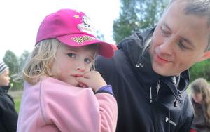 Sigrid Persson, 3, är inte så förtjust i grillat, därför hade pappa Staffan smugit ner några pepparkakor i matsäckskorgen.
