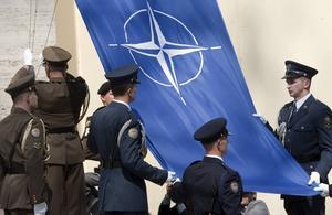 Natos flagga och symbol, en fyruddad blåvit stjärna.