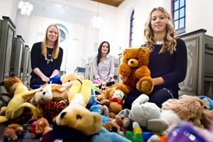 Elin Svensson, Matilda Andersson och Matilda Viksten som alla går i åttan på Gudmundråskolan i Kramfors har samlat ihop över hundra gosedjur. Leksakerna ska bli julklappar som ska ges till barn bland de asylsökande som bor runt om i Kramfors kommun.