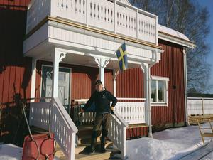 Björn Colliander på bron till Strandgården i Svedjebo, Bjuråker, där han bor sedan 2013.