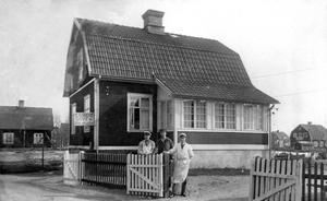 Noréns slakteri. Från vänster Thure Wedlund, Herbert Norén och Hadar Norén framför en av Hammarbys charkuteriaffärer - Noréns kött & matvaruaffär. Bilden togs troligen på 30-talet. Huset finns kvar men är ombyggt och ligger i hörnet av Tomtebovägen/Fullerövägen.