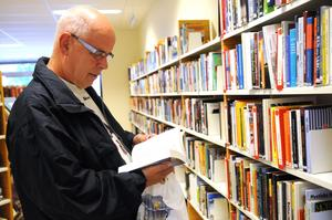 """Johnny Eriksson, som bor i Grådö med som är född i Avesta, lånar ofta böcker. Han turnerar runt till Norbergs-, Hedemoras- och Avesta bibliotek för att låna böcker. """"Avesta står sig bra i konkurrensen. Det är nog det bästa"""", säger han."""