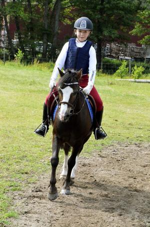 Jonna Sunvisson rider sin ponny Quite Bright i torsdagens final i ridsportallsvenskan i Vretstorp.