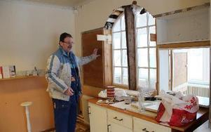 I köket pågår en renovering för att få bättre funktioner. Arbetet utförs ideellt av bland andra Bror Nilsson.