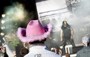 Stoppljus. En rosa cowboyhatt med glitter förväntar man sig kanske inte på en hårdrocksfestival. Ola Hellström var nöjd med sin huvudbonad, han trodde att den skulle underlätta för kompisarna att hitta honom i publikhavet.BILD: KICKI NILSSON