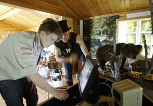 Anton och Miq Bohlin fixar tekniken. En egenbyggd dator styr ljud och ljus. Via en pekskärm kan besökarna få all information om nationalparken. Allt går på 12 volt.