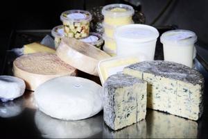 Bland ostarna finns bland annat blåmögelost, feta och en variant av brie som går under namnet Vita vidder.
