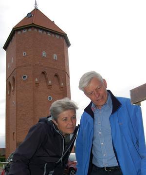 Uppvaktningen inleddes med en klurig tipspromenad om Jonas Buuds karriär. Här försöker Inger Rommedahl och Rolf Hammar få fram lösningen till en av frågorna, som Jonas hustru Zandra hittat på.