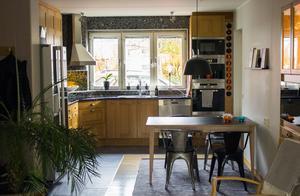 Paret Axman hade ett genomgående vitt och svart kök i huset på Skälby. Det nya köket i ek är inget de spontant hade valt själva. Men nu när de har boat in sig trivs de mycket bra med stilen och tycker att det ger en varm och ombonad känsla.
