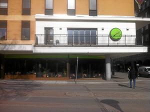 På Rosalis Deli har man hela stan framför sitt lunchbord.