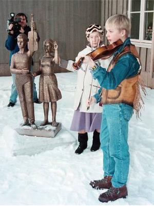 Fiolspelmannen Lars Nelson i Funäsdalen får Näsvallstipendiet. Årtal okänt – men västen är snygg.